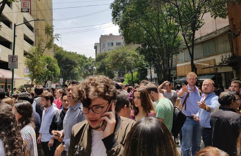 Mexicanos aterrorizados tras el sismo del 19-S (2017). Imagen compartida por Raúl Morales y utilizada en esta pieza con su autorización.