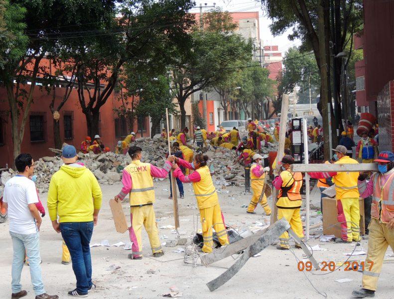 Empleados de la Ciudad de México en trabajos de remoción de escombros. Imagen del autor.