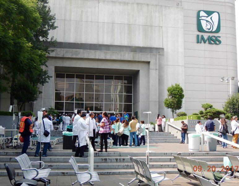 El Instituto Mexicano del Seguro Social se prepara para recibir pacientes en la explanada de uno de sus hospitales. Imagen del autor.