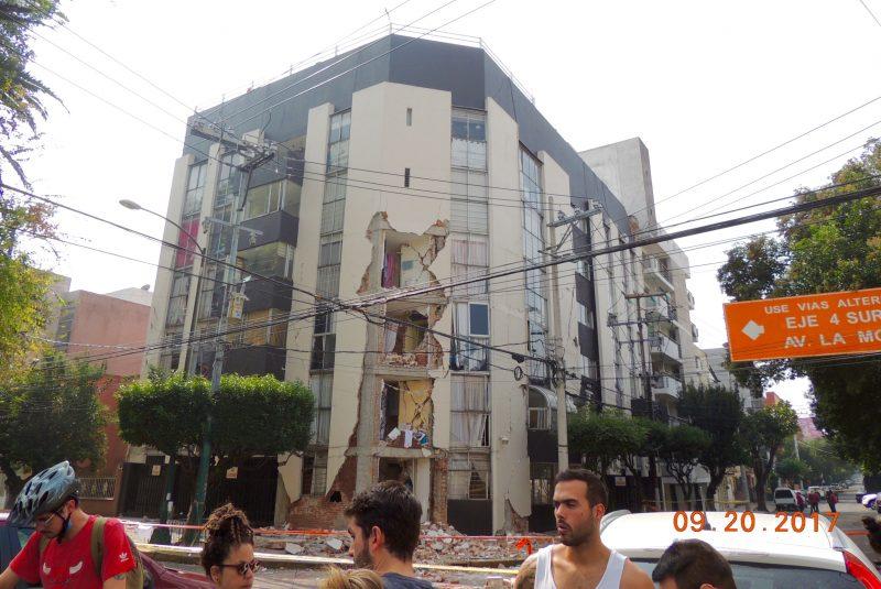 Edificio dañado durante el sismo del 19-S en la Colonia Narvarte de la Ciudad de México. Imagen del autor.