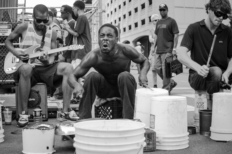 Un percussionniste dans les rues de Détroit, Michigan, USA (Photographie prise par l'auteur, publiée avec son autorisation).
