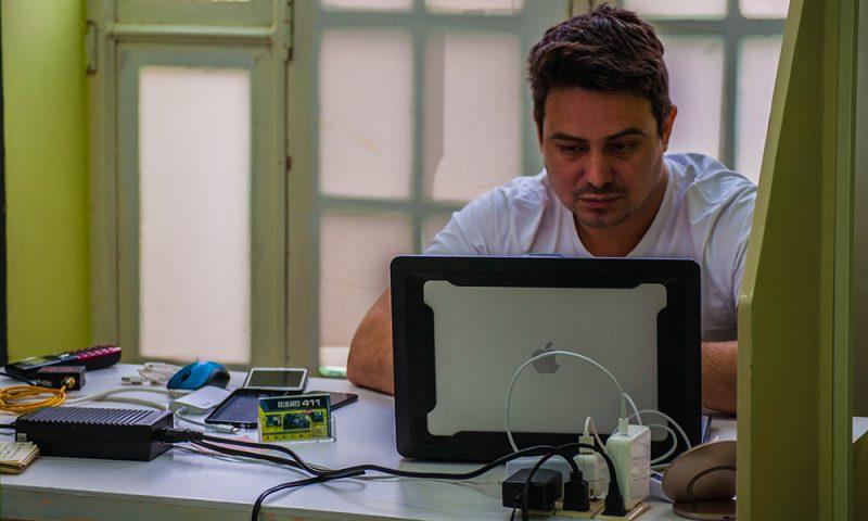 Alberto Castro, propietario del taller Celulares 411, en la calle Obispo (Foto: Julio Batista)