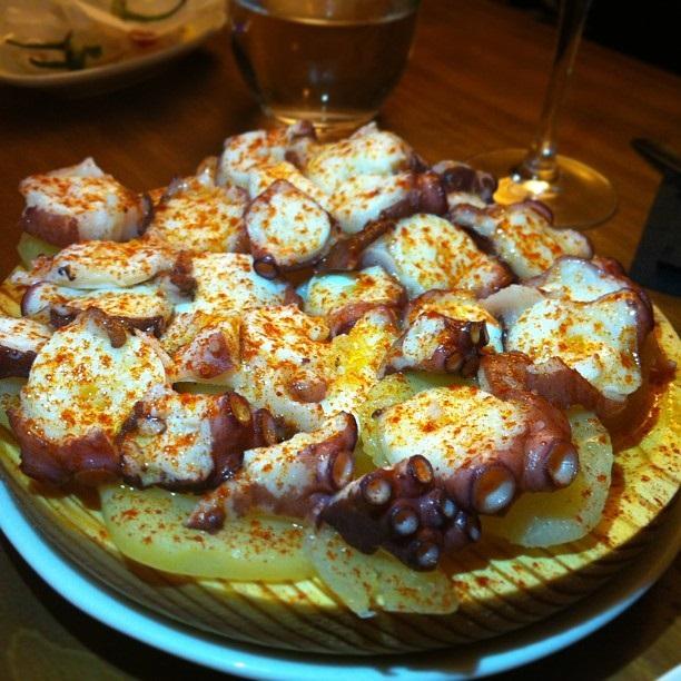 "<a href=""https://www.recetasderechupete.com/receta-de-pulpo-a-la-gallega-con-patatas/1015/"">Pulpo a feira</a>, fel de mancare tipic galician"