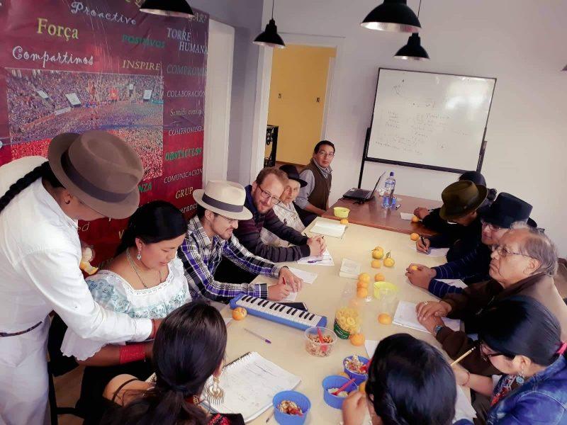 Un grupo de estudiantes aprendiendo quichua, lengua ancestral de Ecuador y varios otros países.