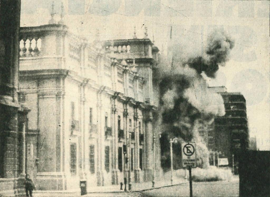 El bombardeo de La Moneda (palacio presidencial) el 11 de septiembre de 1973 durante el golde de estado. Imagen del sitio de la Biblioteca de Historia Política del Congreso Nacional Chileno via Wikimedia Commons (CC BY 3.0 cl)