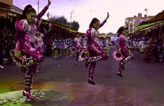 Des femmes en costume brodé scintillants dansent lors de la parade du carnaval