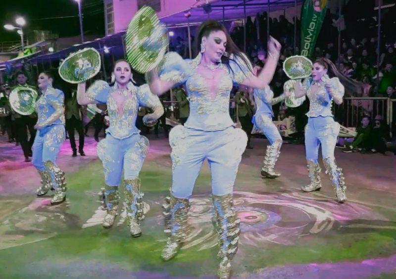 Un groupe de femmes en costumes cintillants danse lors de la parade du carnaval d'Oruro