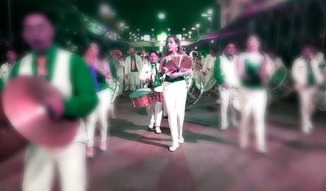 Des musiciennes en costume performent des morceaux traditionnels lors de la parade du carnaval d'Oruro