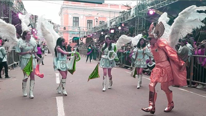 Des femmes en costume blanc d'ange incarnent les vertus tandis qu'une danseuse en costume doré interprète l'Archange Saint Michel
