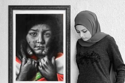 Une jeune femme se tient les yeux baissés près d'un tableau où une petite fille s'enveloppe du drapeau libanais, l'air désespéré.