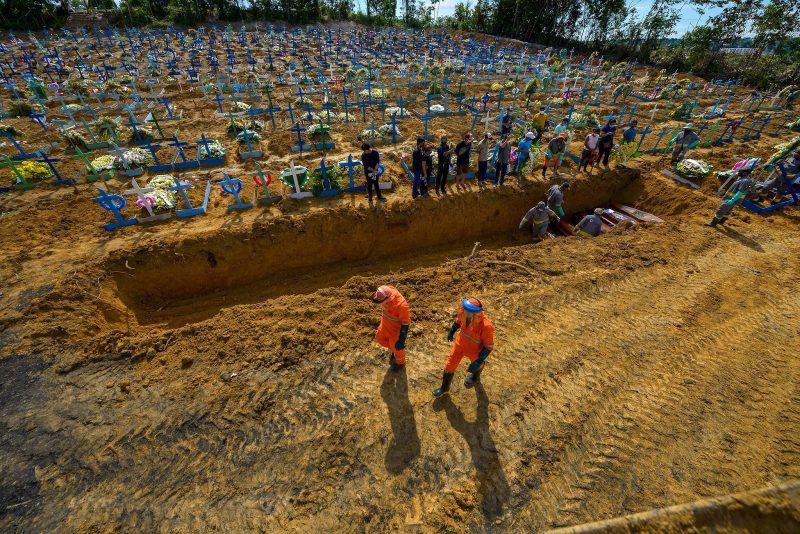 Un cimetière à Manaus, au Brésil. Des croix blanches et bleues s'étendent à perte de vue.