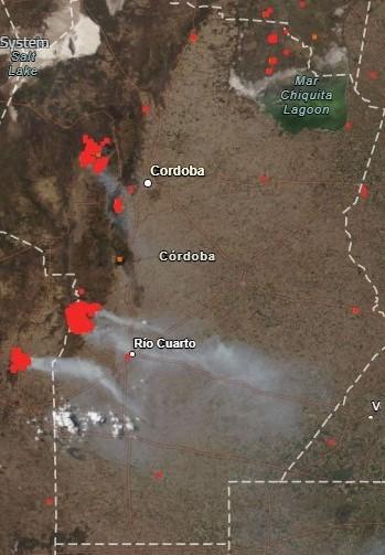 Image satellite sur laquelle apparaissent des points rouges (les feux) et de la fumée