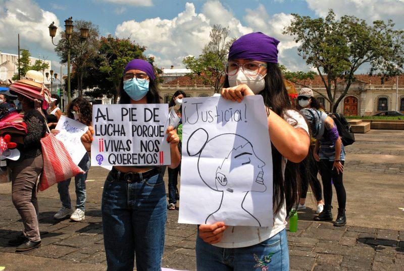 Les femmes sont descendues dans les rues munies de masques et de pancartes
