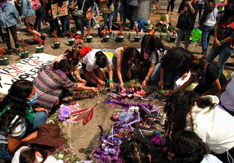 Des femmes se rassemblent et rendent hommage aux victimes