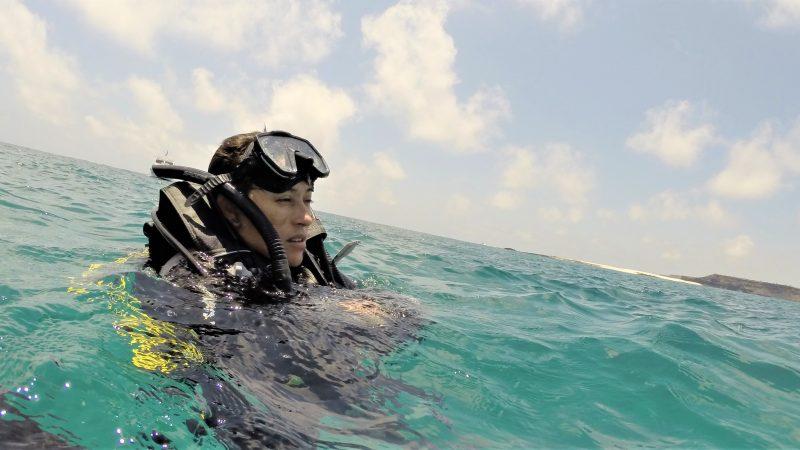 Dr Patricia Castillo Briceño flotte à la surface de l'eau, en tenue de plongée.