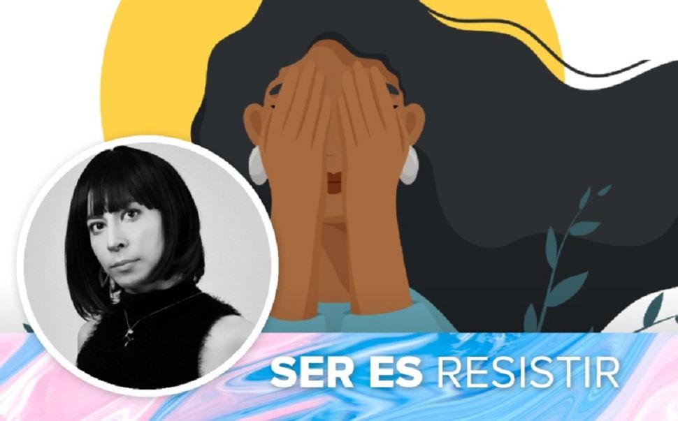 """La photo de l'auteure est superposée à une illustration représentant une femme aux cheveux longs et se tenant le visage dans les mains. La phrase """"Ser es resistir"""" (être, c'est résister) occupe la partie inférieure de l'image."""