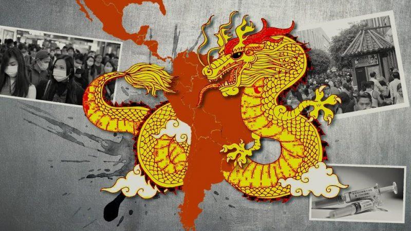 Un fond noir et blanc sur lequel se trouvent 3 photos : une représentant des personnes portant un masque, une autre représentant des personnes dans la rue avec un petit bâtiment en arrière plan, et une dernière représentant des seringues pour le vaccin. Au centre de cette photo, on peut voir un dragon chinois rouge et jaune qui entoure le continent latino américain.